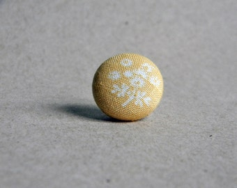 Lapel button. Mens lapel pin. Round boutonniere. Floral. Light yellow and white.