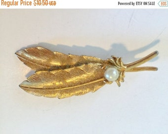 CYBER WEEK SALE Pretty Vintage Gold Tone Metal Feather Brooch with Faux Pearl
