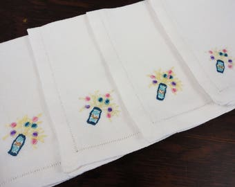 Set of 4 Linen Napkins  Embroidered Vintage  Bouquet of Flowers