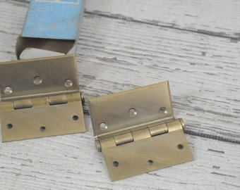 "2 NOS National Hardware No.453 3.5"" 3-1/2"" Button Tip Half-Surface Brass Hinges"