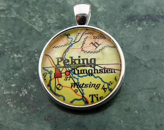 NECKLACE or KEYCHAIN, China, PEKING, Pendant, Ø 1 inch, nickle free steel, Cabochon, Glass, Atlas, Vintage, Jewelry