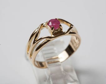 Vintage Ruby in 18K Gold Ring: Size 5.5