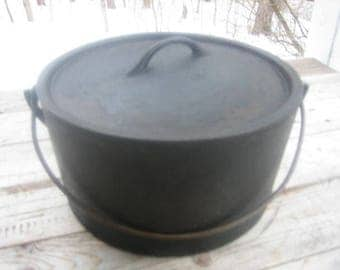 Cast iron cooking pot (10 in.)