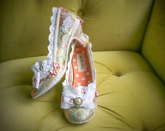Zapatos de boda encaje blanco volantes talones Marie Antoinette Traje fantasía barroca Rococo bombas brocado oro y rosa rosado francés novia de la nieve