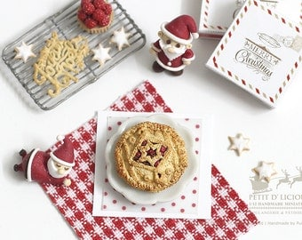 Knitted Christmas Cranberry Mince Pie- Pattern II - in 1/12th miniature Dollhouse Christmas Pie