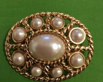 Monet brooch  - beautiful Golden & faux pearl brooch - circa 1980s