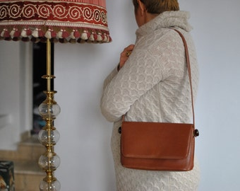 Vintage LEATHER HANDBAG .....(477)