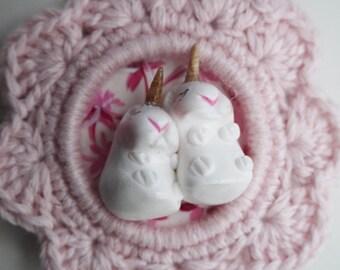 mini cadre au crochet rose et duo de hamsters licornes endormis