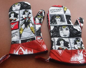 Wonder Woman Oven Mitt Set