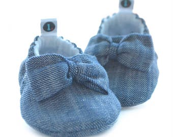 Big Bow Baby Booties: baby shoes | baby moccs | baby girl | new baby gift | newborn | baby shower gift | baby clothes
