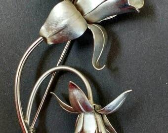 Vintage silver tone metal flower brooch.