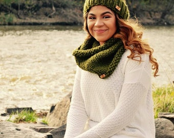 Knitted chunky Toque. Beanie hat. Green hat Winter hat with pompom. Cowl Scarf Set. Hat Cowl Set. Made to order. Teens gift.Women's Gift.