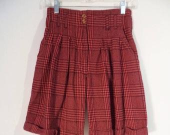 80s high waist pleated flannel shorts// Maroon black plaid grunge Bermuda long belted// Vintage G Pellini// Women 5 6 small