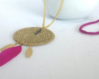 Collar largo estilo étnico con hojas, rosa y dorado