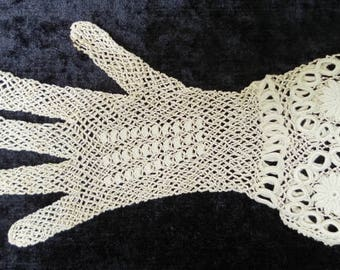 Finely crocheted glove French vintage. ONLY ONE GLOVE. For a textile collection or for artistic creative purposes such as mixed media