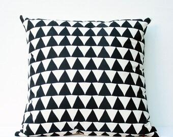 Montagnes du Montana - housse de coussin - décoration monochrome, motif triangle noir, coussin bio, noir et Ivoire, graphique, géométrique