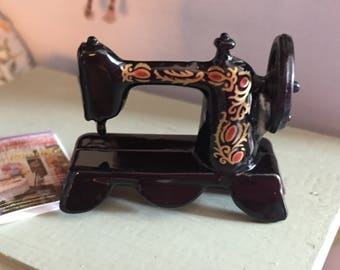 Miniature Sewing Machine, Black Metal Table Top Vintage Style Sewing Machine, Dollhouse Miniature, 1:12 Scale, Dollhouse Accessory, Crafts
