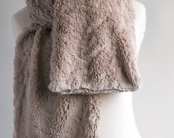 Latte beige fur scarf. Faux fur scarf. Faux fur scafr in latte brown. Faux fur neck warmer. Women chunky scarf. Beige fur neck wrap by imali