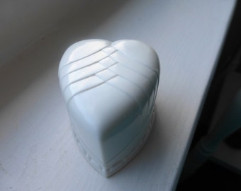 """Vintage  HEART  RING BOX   """"Rolland's Jewelry,  Chicago""""    perfect condition"""