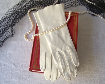 Vintage Leather Gloves White Leather Unused Soft White Leather Gloves Made in Italy Size 6 1/2 Ladies Vintage 1960s
