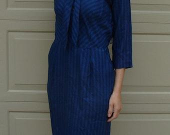 50's 60's VINTAGE DAY DRESS blue striped tie neck belted M shadow stripe