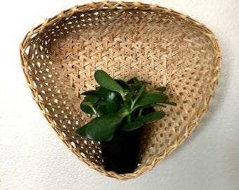 Vintage Triangular Woven Rattan Basket / Boho Triangle-Shaped Wall Hanging Wicker Basket