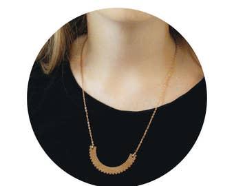 Collier graphique dentelle inspiration col claudine, plastron bois gravé, laiton doré, accessoire mode femme original, bijou géométrique