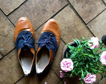 Cute as a button 80s/90s  vintage summer lace up leather shoes//blue canvas brown leather//size 8