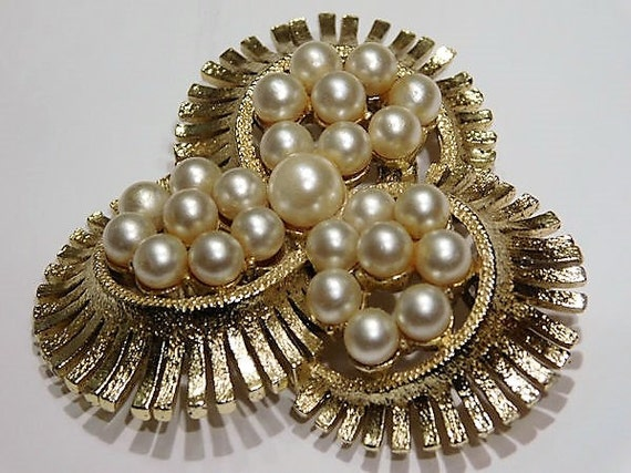Vintage Faux Pearl Brooch Mid Century 1960s Hollywood Wedding Bride Bridal Brooch Classic White Winter Wedding Brushed Gold Tone Metal