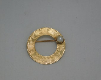 14k Gold Circle Brooch  With Pearl Accent