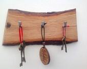 Live edge oak wall key rack. 3 hooks. Solid Oak wood. Stylish Oak Plaque with hanging hooks / pegs. Oak Slice for your keys. Forest decor.
