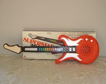 Guitare électrique Castle jouet. Electric Guitar toy. Hong kong Vintage.