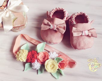 Set - moccs baby and headbands with flowers made of felt, baby shoes, cotton moccs