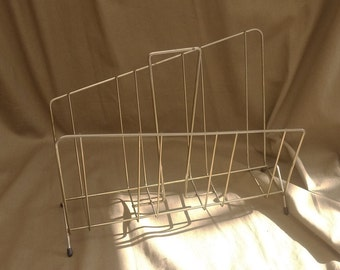 Review door metal asymmetric 50 s. Vintage Magazine Rack Records. Metal Retro magazine Stand, Holder. french Modern magazine rack