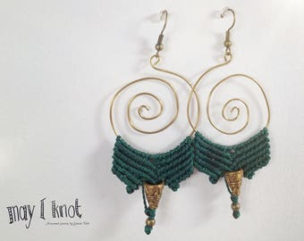 Macramé earrings green with gold spiral