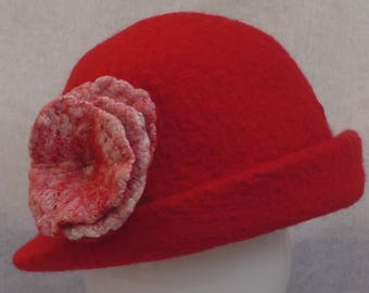 Felted hat in Australian Merino wool with detachable flower embelleshed with silk