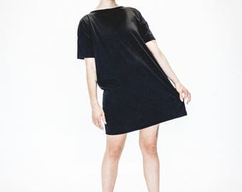 Oversize black dress. Dress minimlaiste. Short sleeves dress. Eco-friendly garment. Organic cotton. Recycled polyester. Made in Quebec