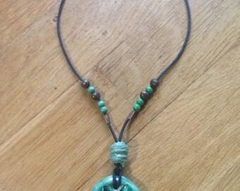 Ciondolo in ceramica, con stella alpina verde/ Clay pendant with alpine, green star