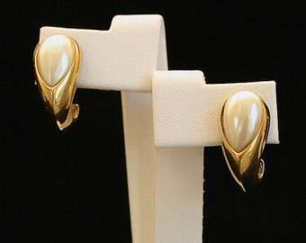 Vendome 1980s Gold Tone Faux Pearl Vintage Earrings