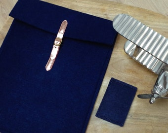 The computer cover in felt soft Navy Blue and copper