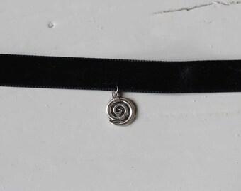 Velvet necklace with pendant