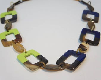 Trendy color of the year Greenery lacquer and horn necklace for lady combine with Navy Blue - collier en corne corne de buffle