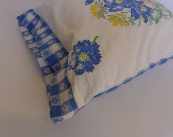 "Pillow - Vintage Tablecloth Fabric - 16"" Square"
