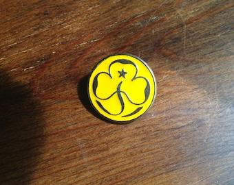 Vintage brownies yellow trefoil metal badge 1994