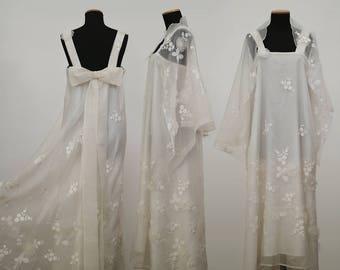 Abito Dress Handmade Vintage in organza, color bianco white, adornato con romantiche decorazioni floreali floral decorations