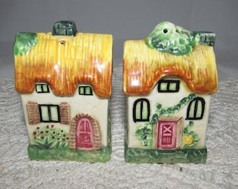 Vintage Ceramic Thatched Roof Cottage Houses Salt & Pepper Shakers, 50s, Made in Japan, Collectible, village