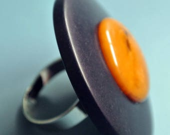 Large amazing adjustable silvercolor metal ring with black plastic and genuine tested vintage 1940s swirled yellow bakelite bead