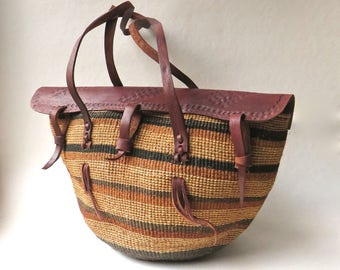 Natural Earth Tone vintage Woven Sisal Market Bag with Sienna Brown Tooled Leather Flap / Farmers Market Tote / Festival Bag / Beach Bag