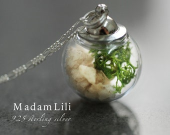 TERRARIUM necklace with moss and pebbles