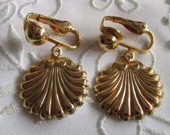 Vintage Gold Tone Shell-Shaped Clip On Earrings
